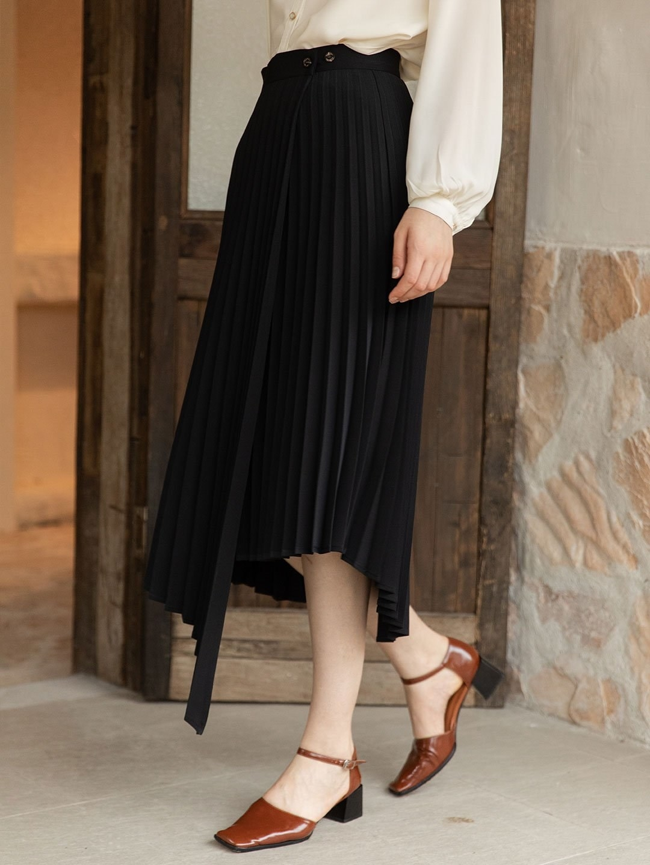 model wearing the skirt in black