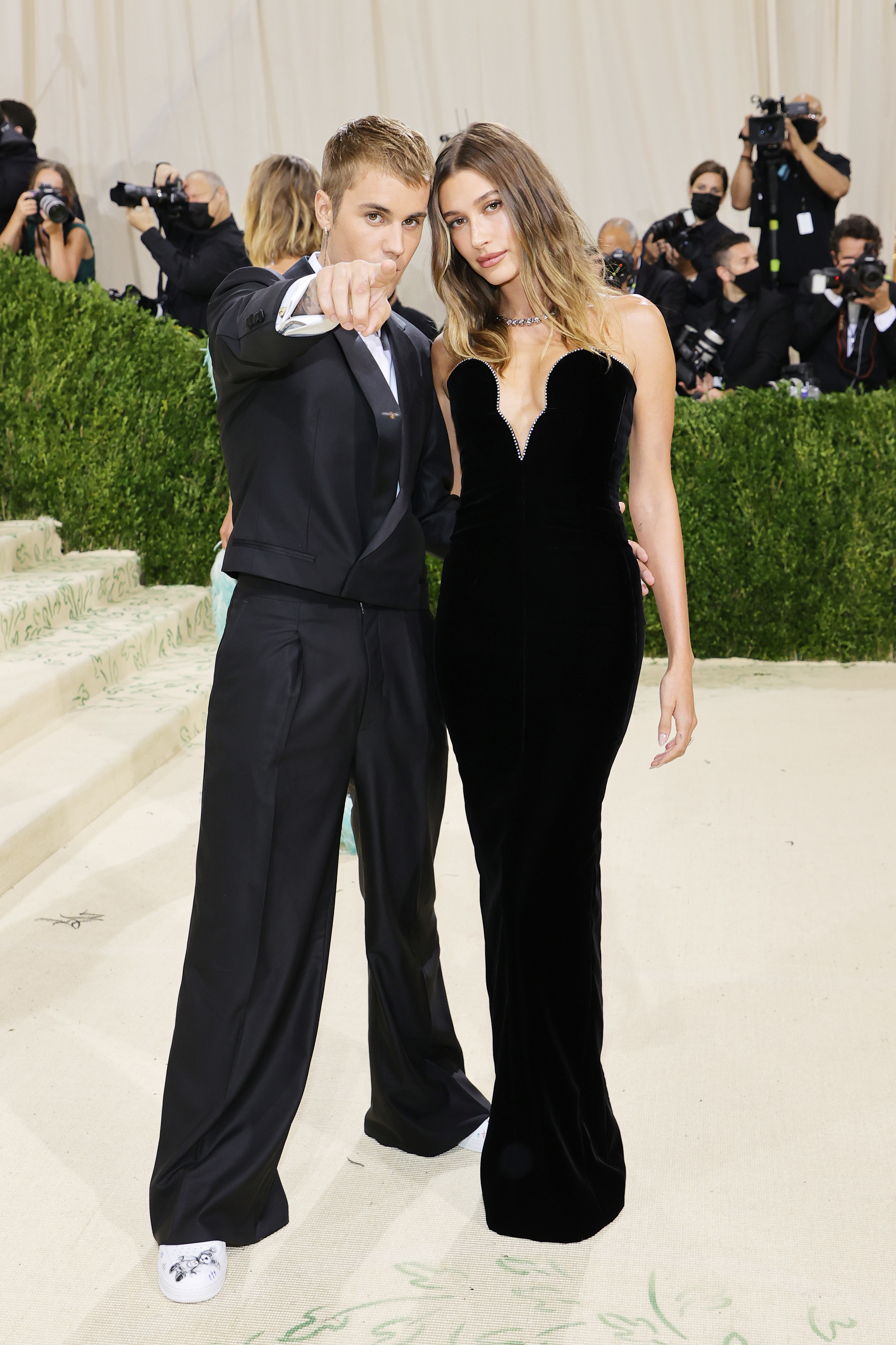 Justin Beiber and Hailey Bieber on the The 2021 Met Gala white carpet.