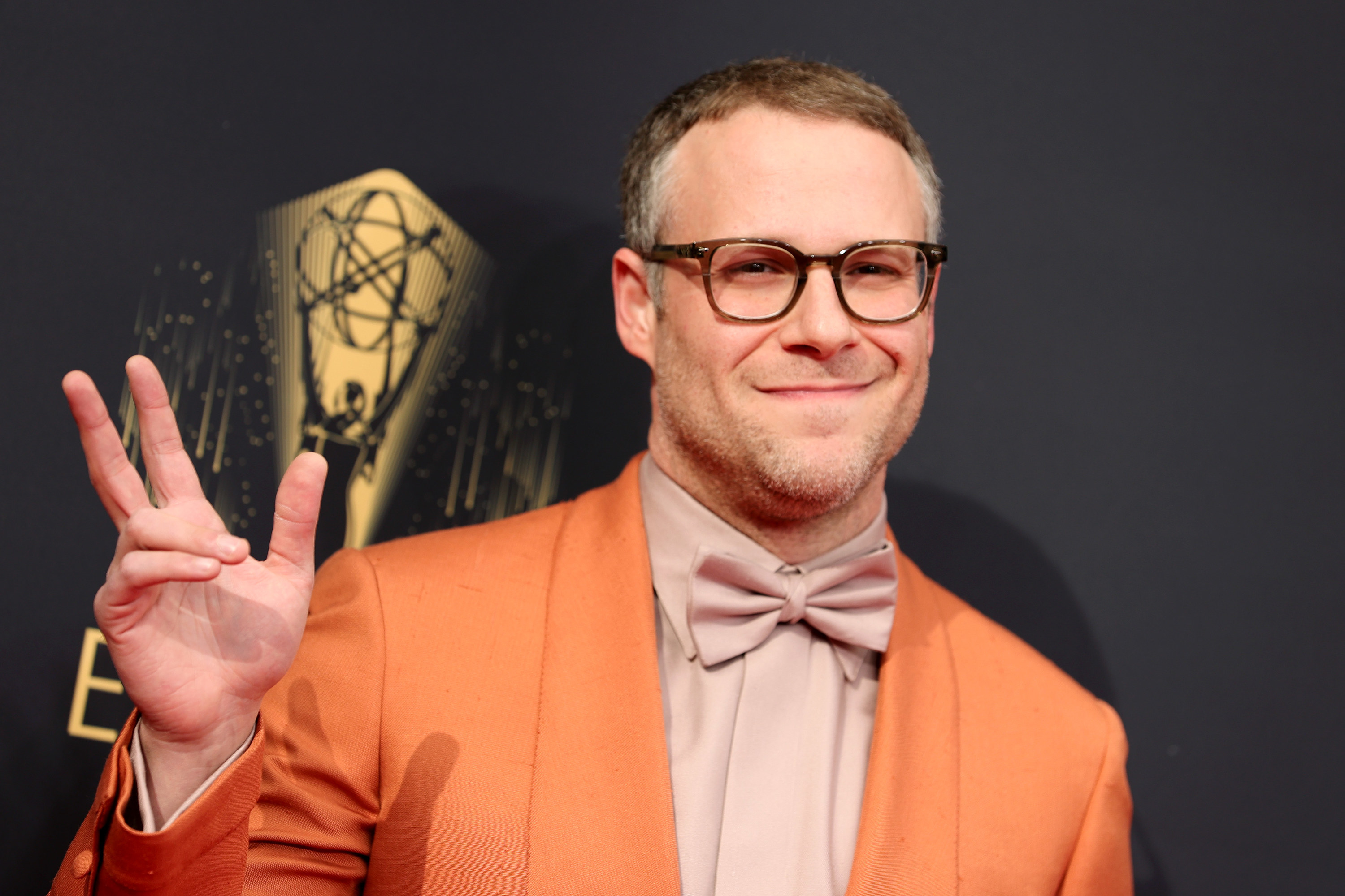 Rogen waves his hand on the red carpet