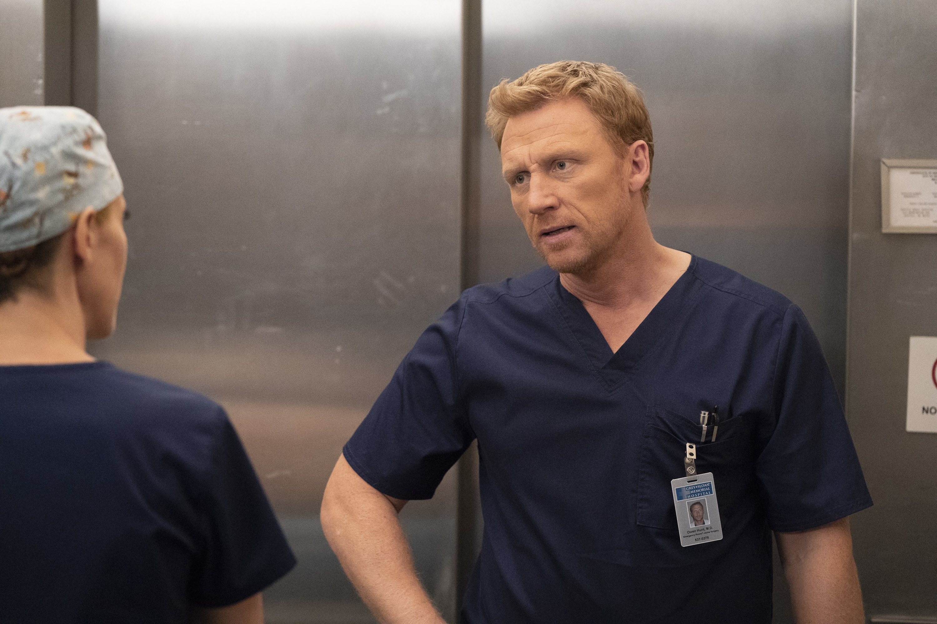 Kevin McKidd with hand on hip playing Owen Hunt