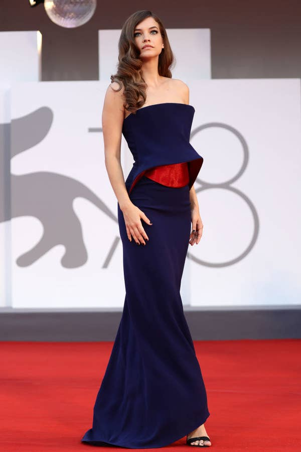 """Barbara Palvin in a navy blue gown with a red cut out right under the bust on the red carpet for """"Competencia Oficial"""""""
