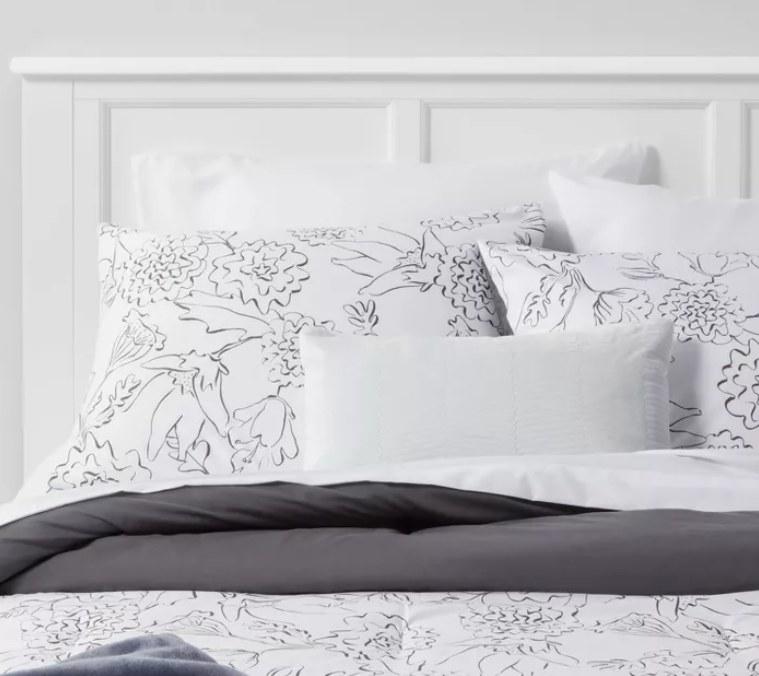 A bedspread of floral sketch design