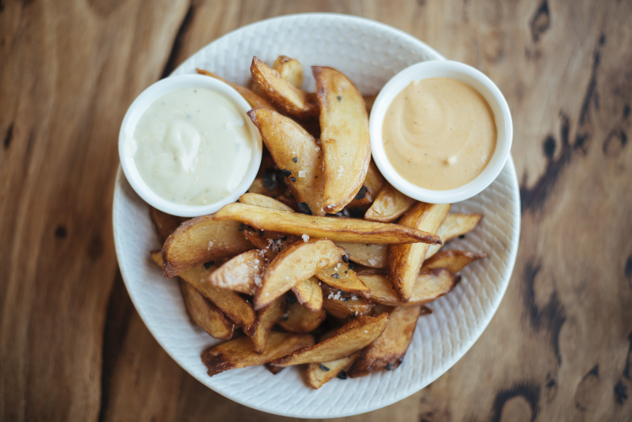 Potato wedges with fry sauce.