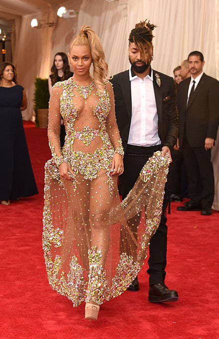 stylist Ty Hunter holds Beyoncé's train at the 2015 Met Gala