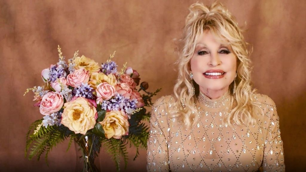 Speaking at the ACM Awards next to a bouquet of flowers