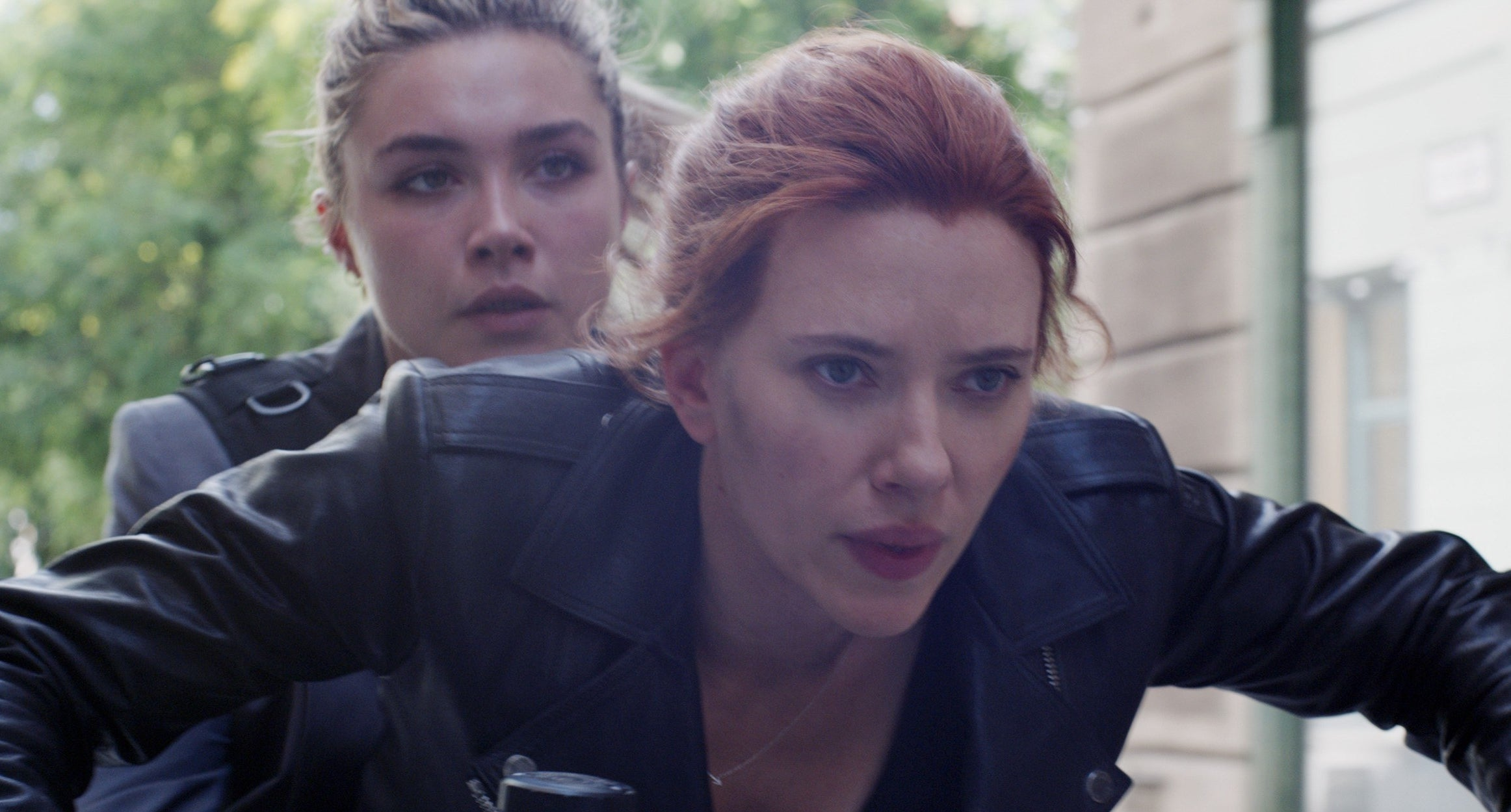 Florence Pugh and Scarlett Johansson ride a motercycle