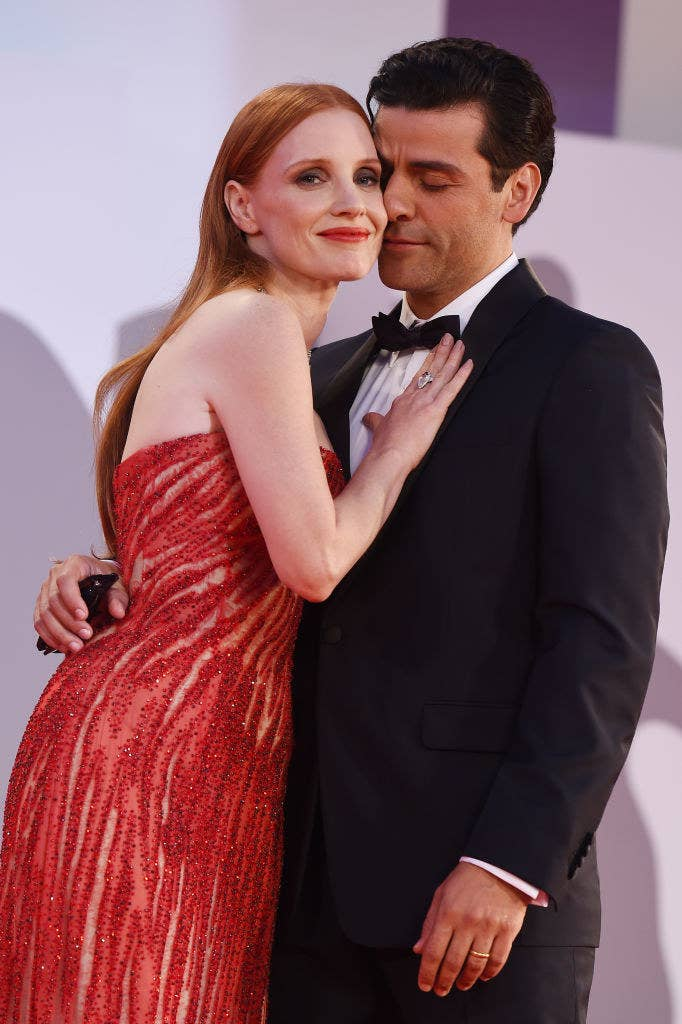 """Jessica Chastain (L) and Oscar Isaac embrace at the red carpet of the movie """"Scenes From a Marriage"""""""