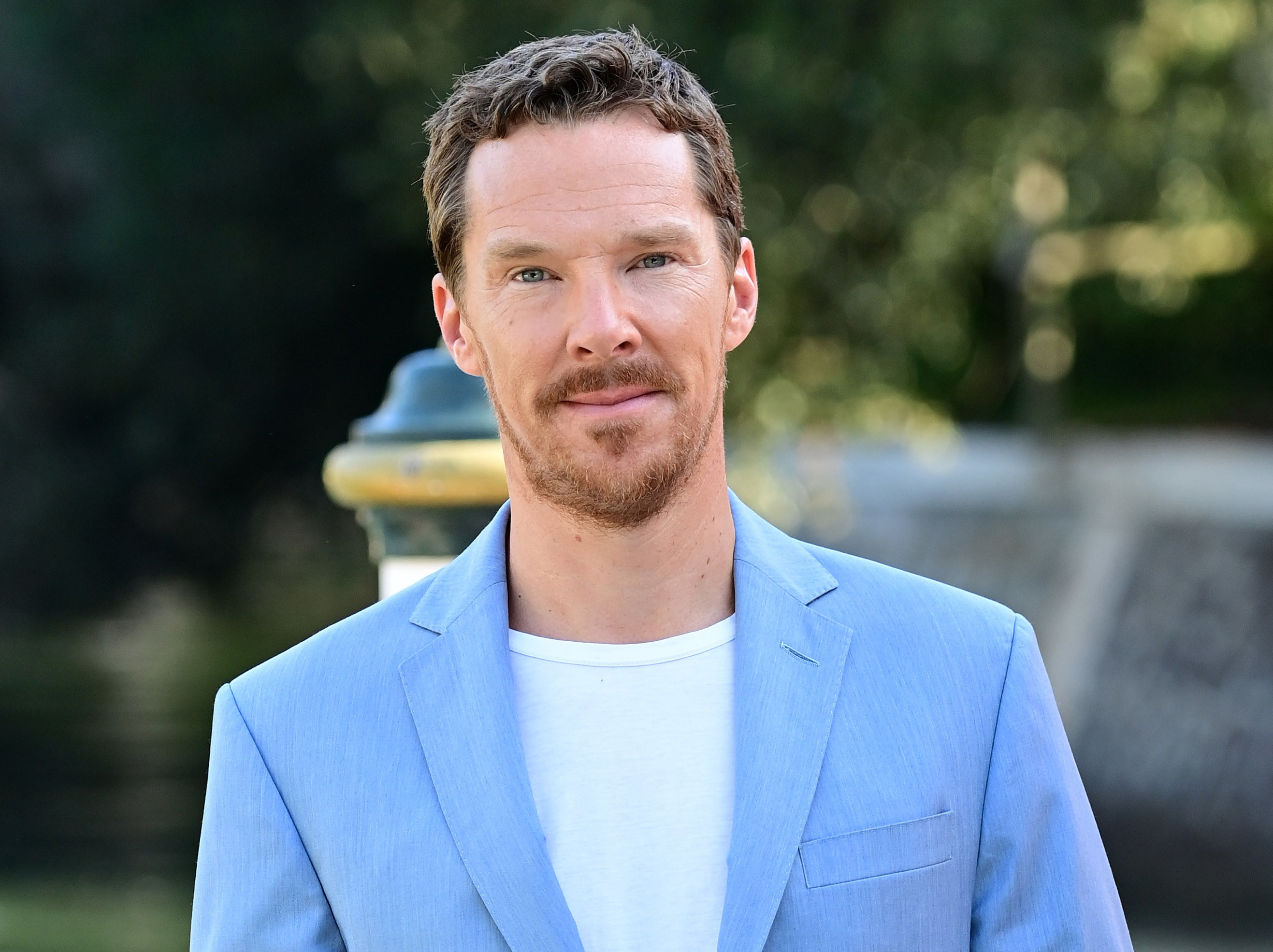 Benedict wears a blue suit jacket and white tee to an outdoor event