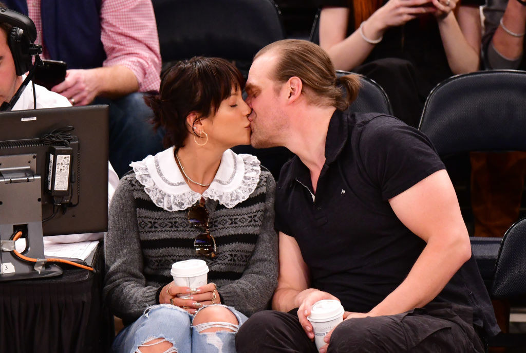 Lily Allen (L) and David Harbour attend New York Knicks v New Orleans Pelicans preseason game