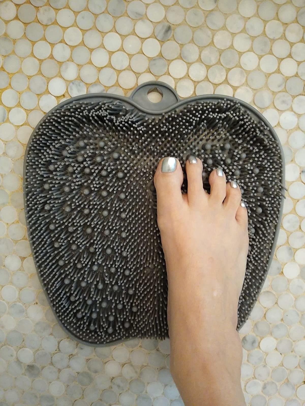 reviewer's foot on gray textured mat