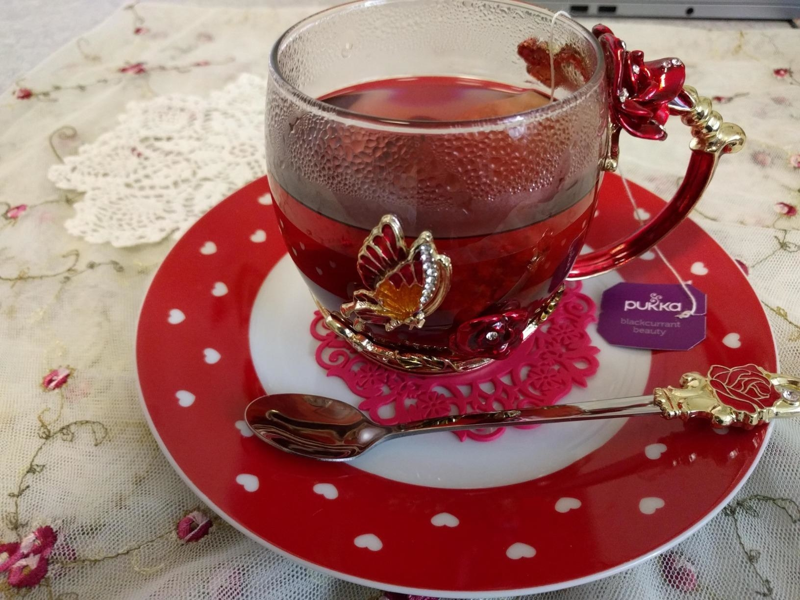 Reviewer photo of the glass mug with floral designs on it and a spoon