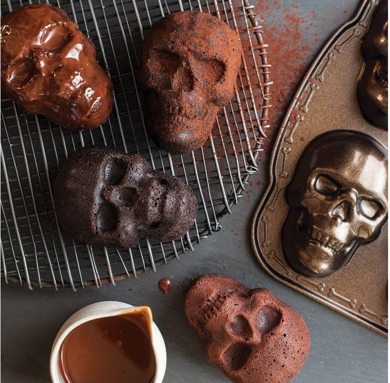 A skull shaped cakelet pan