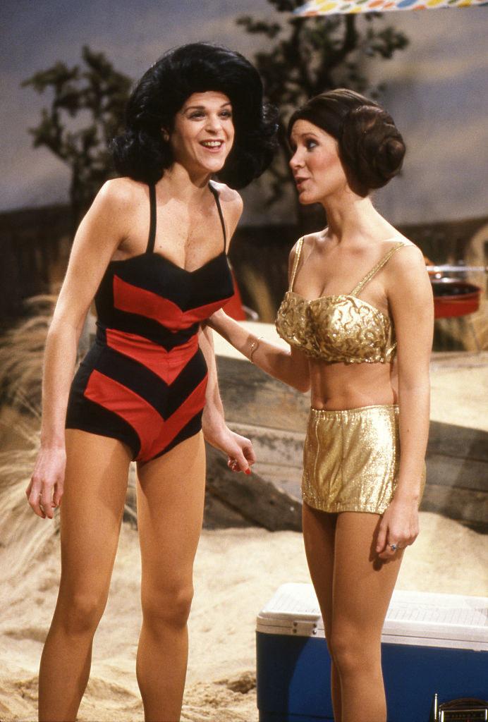 Gilda Radnor and Carrie Fisher in bikinis