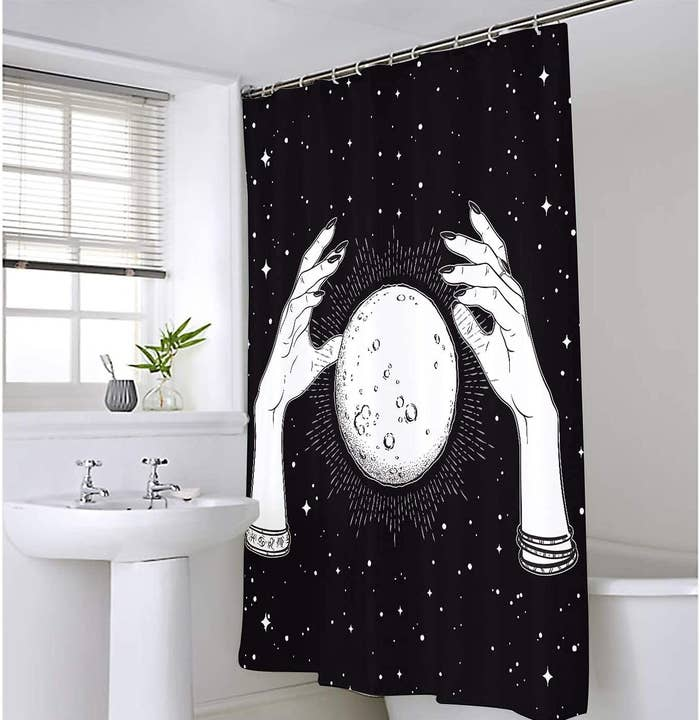 Cortina de baño manos envolviendo la luna