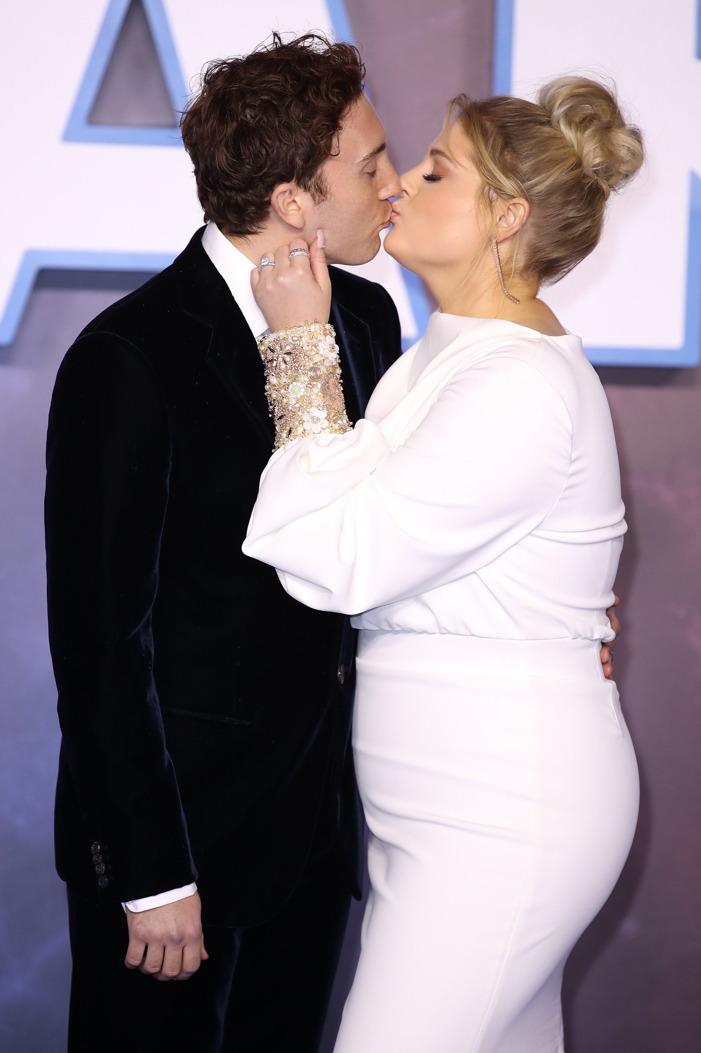 The couple kissing on the red carpet