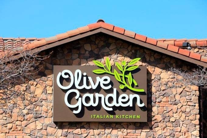 An olive garden restaurant sign