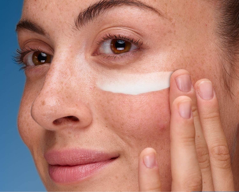 Crema reparadora para el contorno de ojos, de CeraVe
