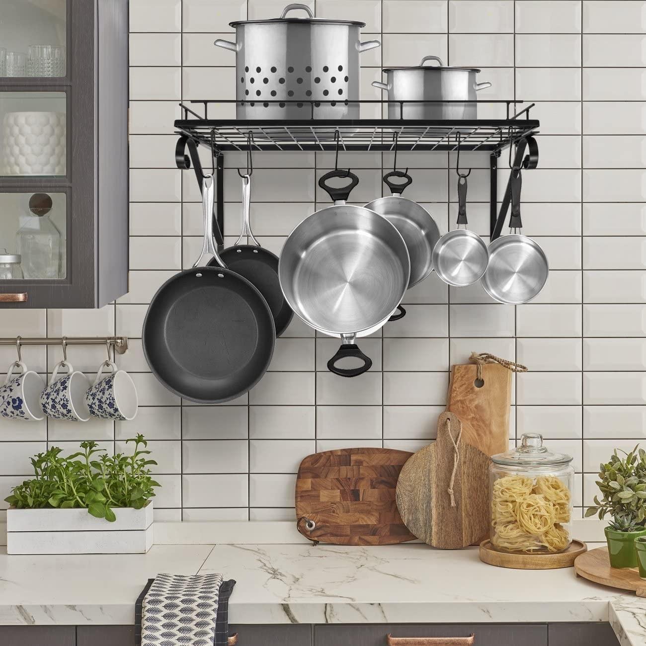 Estante industrial para colgar cosas en la cocina