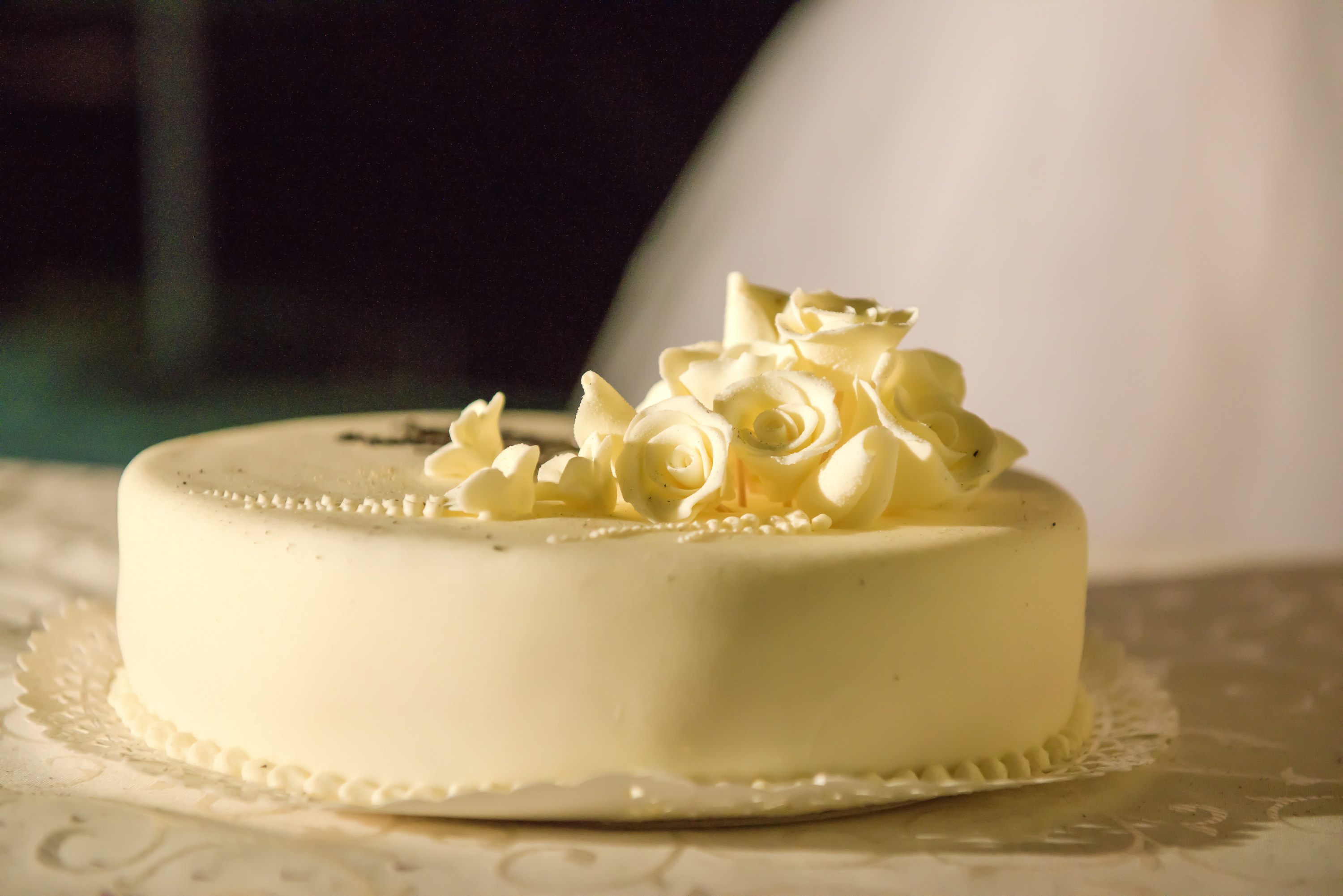A one-tier wedding cake with icing roses