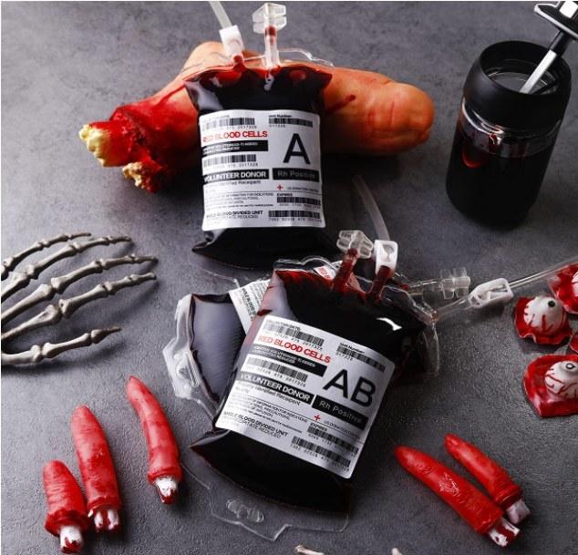 Foto de recipientes para bebidas con forma de bolsas de sangre