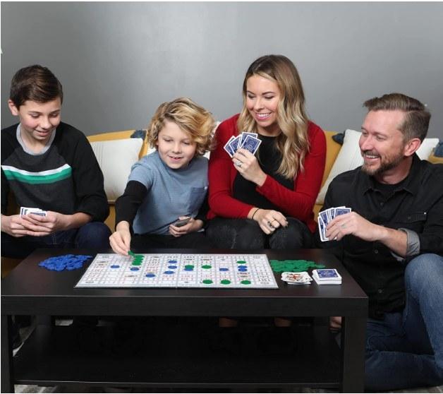 Foto de personas jugando el juego de Sequence