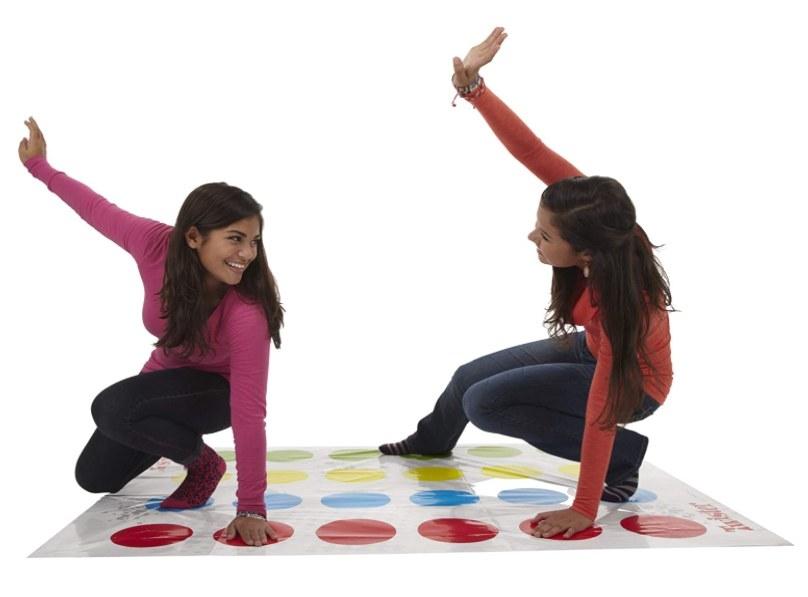 Foto de dos personas jugando el juego de twister