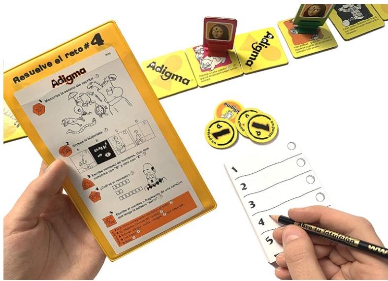 Foto de persona jugando el juego de Adigma