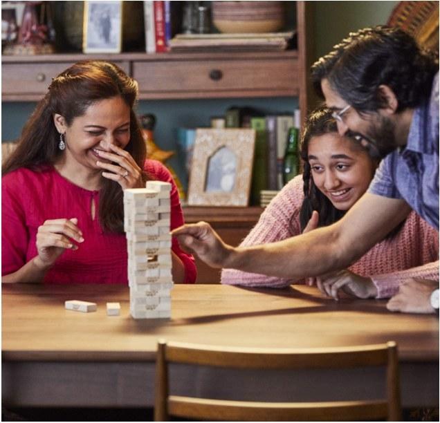 Foto de personas jugando el juego de jenga