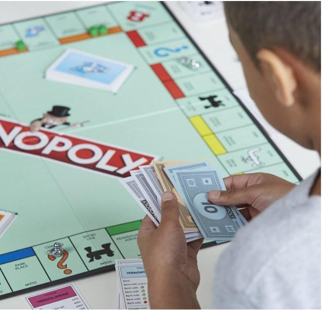 Persona jugando el juego de Monopoly
