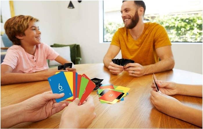 Foto de personas jugando el famoso juego de cartas UNO