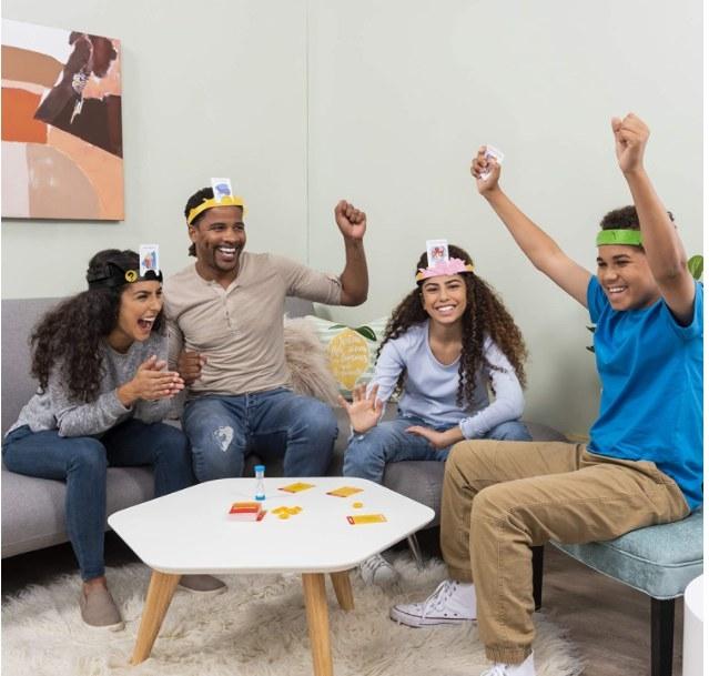 Personas reunidas jugando el juego de adivinanzas