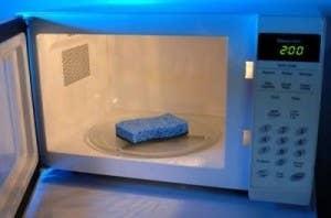Para matar los gérmenes y virus que se han juntado en tus esponjas sucias, ponlas en el microondas a máxima potencia durante 2 minutos y déjalas enfriar. ¡Esto sólo funciona para las esponjas que no son metálicas!