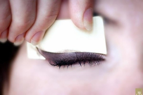 Make an eyeliner template with a post-it note.