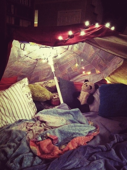 enhanced buzz 11716 1364494962 6?downsize=715 *&output format=auto&output quality=auto 5 steps to building your own epic blanket fort