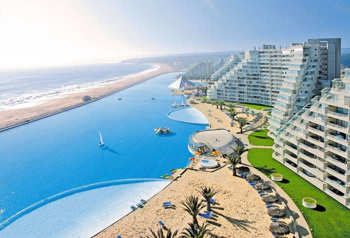 San Alfonso holds the current Guinness record as the world's largest crystalline water pool, with an extension of more than one kilometer in length, eight hectares and 250 million liters of water.