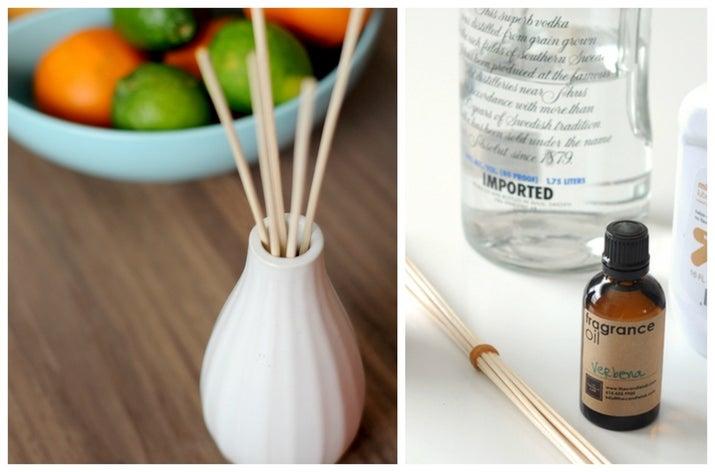 Mezcla aceite mineral, vodka y aceites esenciales, colócalos en un florero o en un contenedor bonito e inserta palillos de madera. Mira la receta aquí.