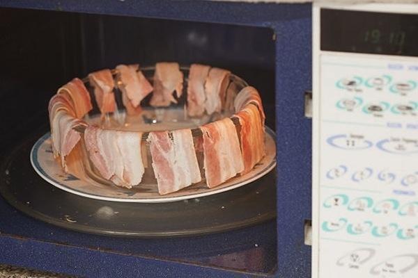 Make crispy bacon in the microwave.