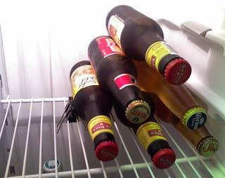Lifehack - Klammer als Bier Stapelhilfe für den Kühlschrank