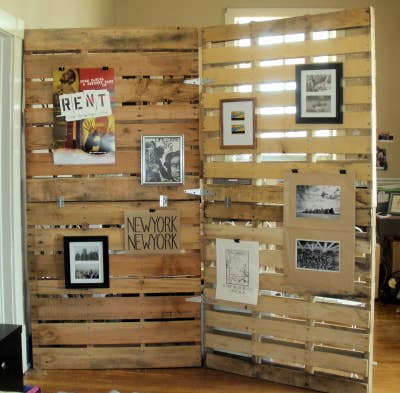 Make A Recycled Wooden Pallet Room Divider That You Can Easily Hang Things On