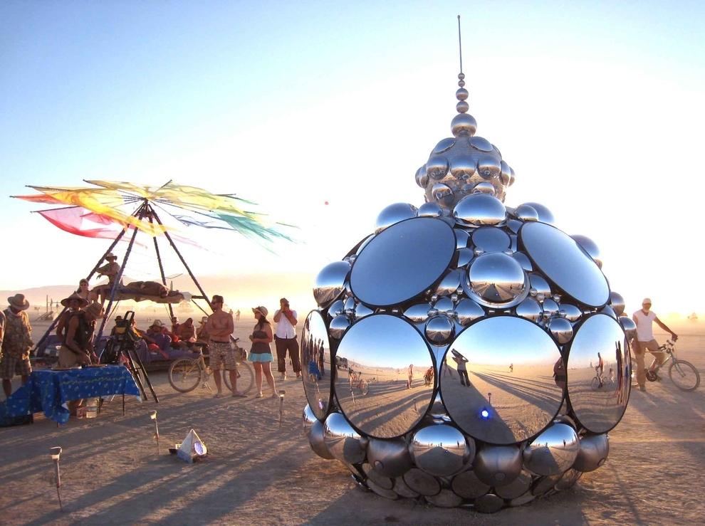 Calabaza de espejos en el festival Burning Man
