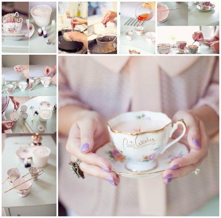 Vierte cera derretida en una bonita taza clásica para hacer un regalo decorativo perfecto para mamás. Mira el tutorial completo aquí.