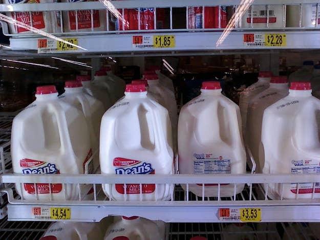La leche se separa en componentes por enormes centrifugadoras industriales (grasa, proteína y otros sólidos y líquidos). Las partes de leche se vuelven a combinar en diversas proporciones para que elaborar uniformemente leche entera, baja en grasa y descremada.Lee más sobre el proceso - y como la leche cruda (también conocida como el tipo que viene directamente de las vacas) se convirtió en una cosa del pasado - en este artículo del L.A. Times.