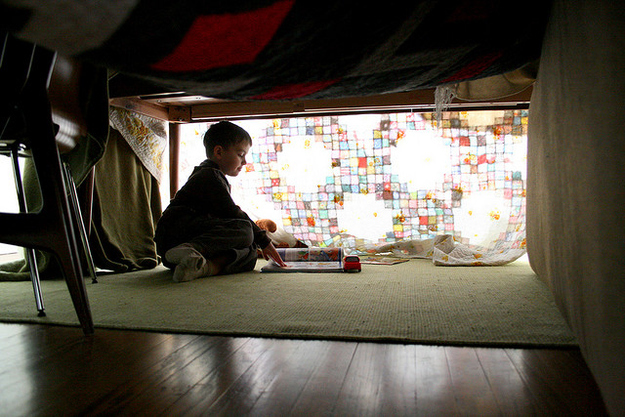 5 steps to building your own epic blanket fort for How to make a fort in the living room