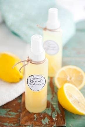 Sólo necesitas agua, vitamina C y ralladura de limón para hacer este súper sencillo spray facial. Mira la receta completa aquí.