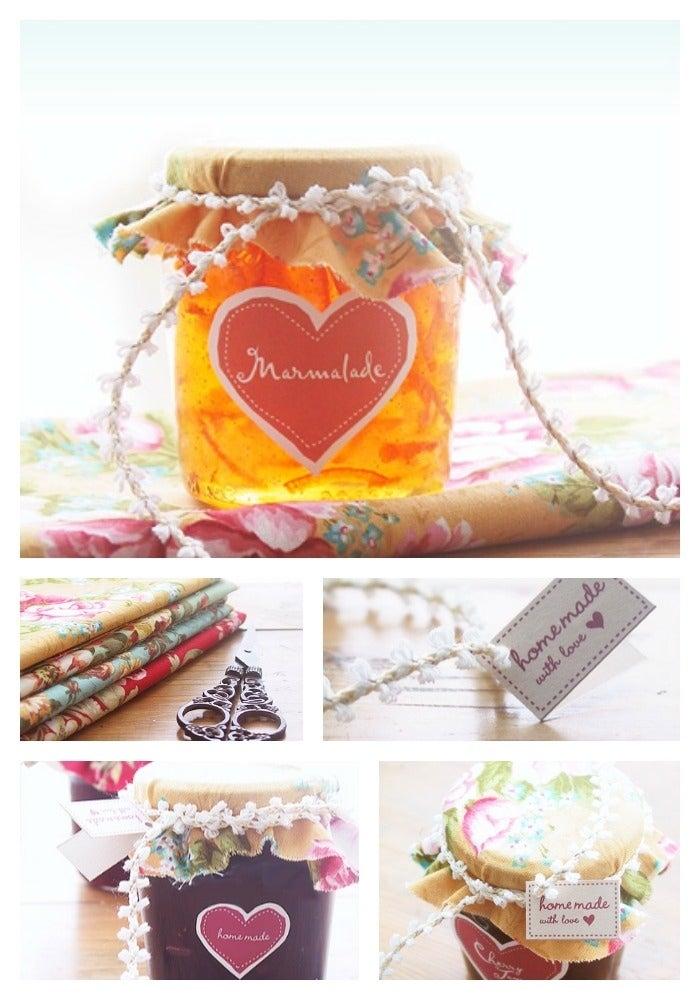 Envuelve el frasco de mermelada con tela, un moño bonito y etiquetas como este blogger.
