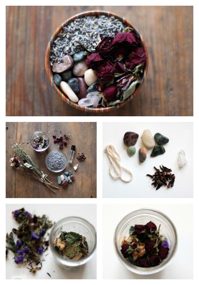 Simplemente mezcla en un frasco flores secas, aceites esenciales, hierbas, especias de tu elección y cualquier otra cosa que se te ocurra (como piedras bonitas). Mira este blog para conocer más detalles.