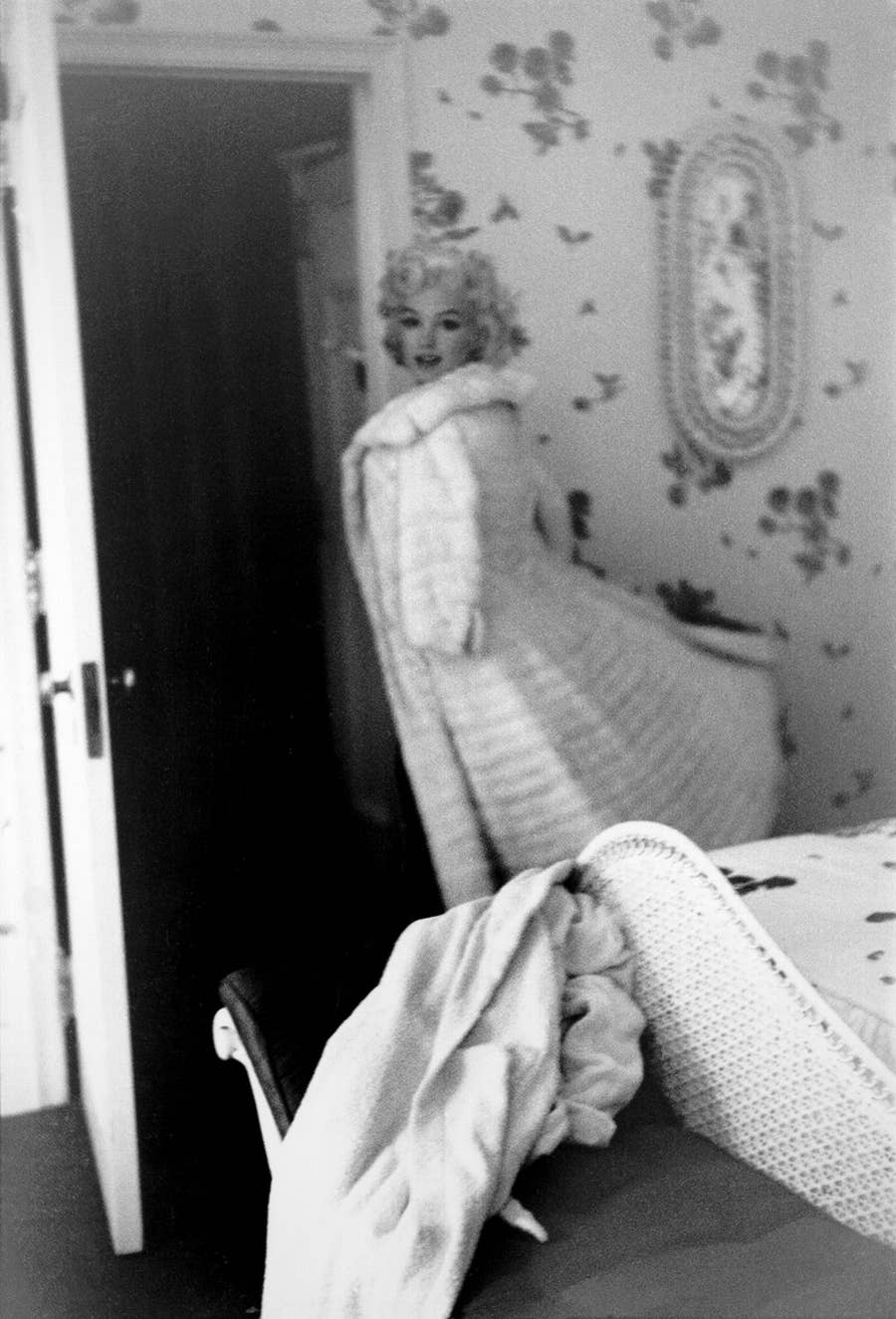 MARILYN MONROE CROSSLEGGED with ARTHUR 1xRARE5X7 PHOTO
