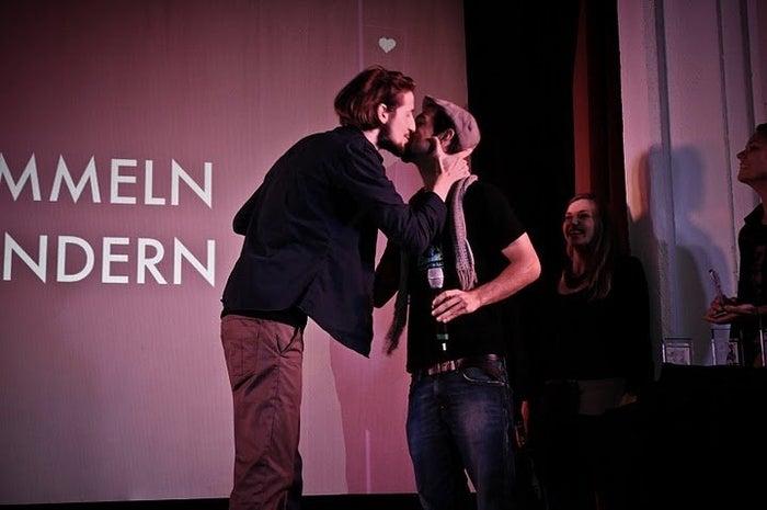 """Gilbert Krallinger erhält 2010 neben Liebkosungen des Festivalleiters auch den 'Bester Klosterneuburger Film' Preis für seinen einfühlsamen """"Von Hummeln und Wundern""""."""