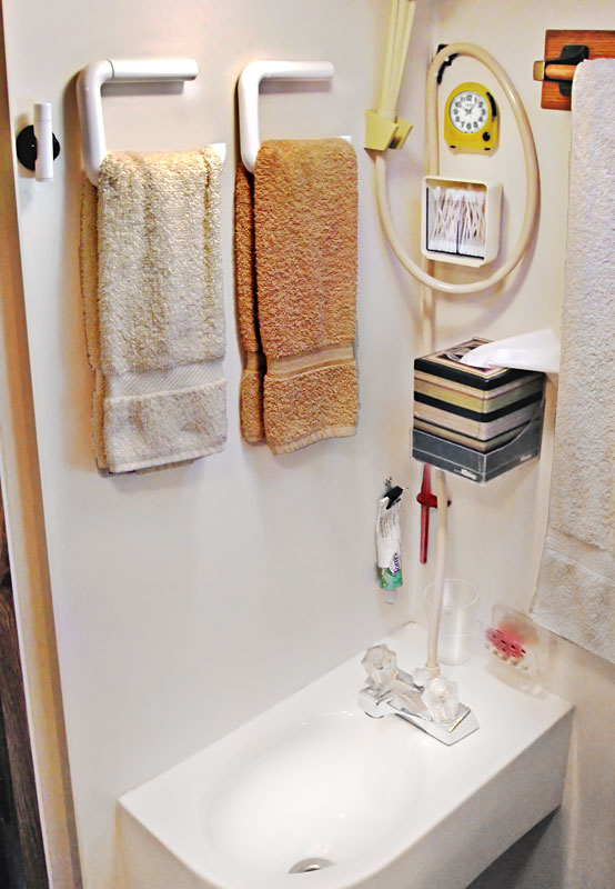 31 a flat toilet paper holder makes a spacesaving towel rack