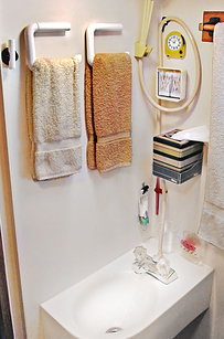 44 cheap and easy ways to organize your rv camper for Travel trailer bathroom ideas